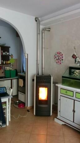 Installazione canna fumaria per stufa a pellet marchio Ravelli Milano vista stufa pellet