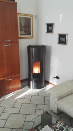 Stufa Ravelli interno installato canna fumaria
